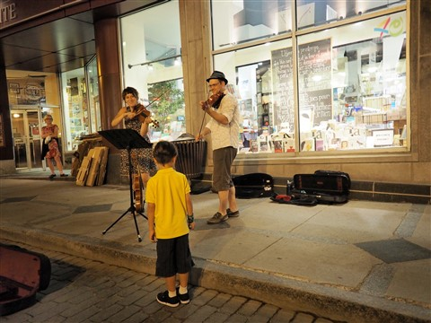 #2 son enjoyes street musicians in old quebec