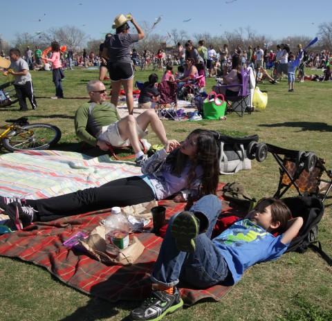 relaxing zilker park kite picnic
