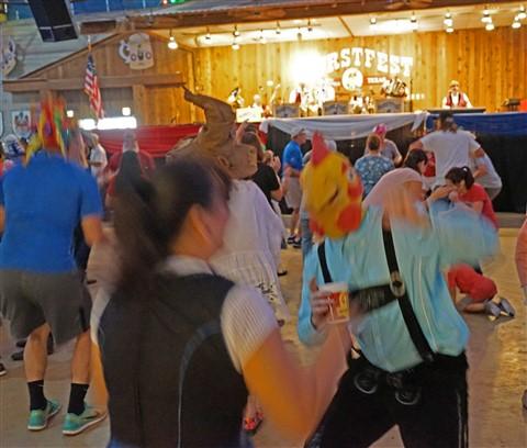 chicken dance wurstfest 2016