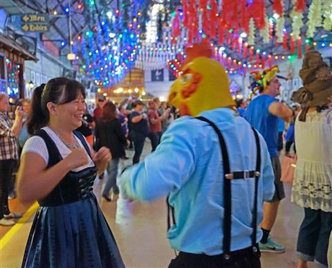 chicken dance okotberfest wurstfest 2016