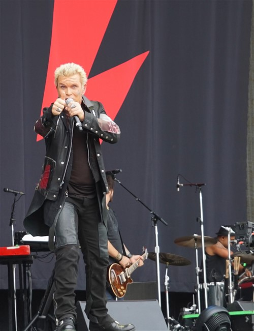 billy idol thumbs up acl 2015
